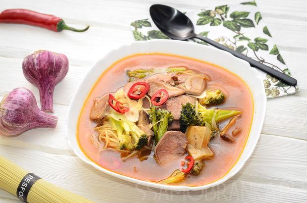 Суп со свиным языком, грибами шиитаке и овощами по-азиатски