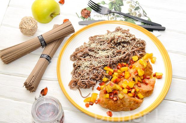 Запеченная куриная котлетка с гречневой лапшой, яблоками и овощами на гарнир
