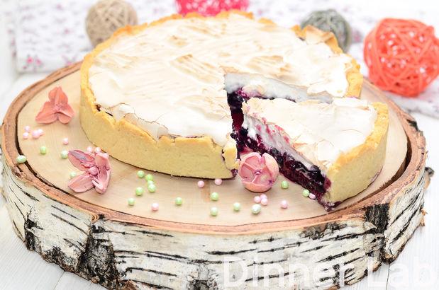 Сочный ягодный пирог с начинкой из клубники и черники