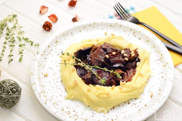 Утиное мясо со сливой и нежное картофельное пюре с кедровыми орешками и сыром