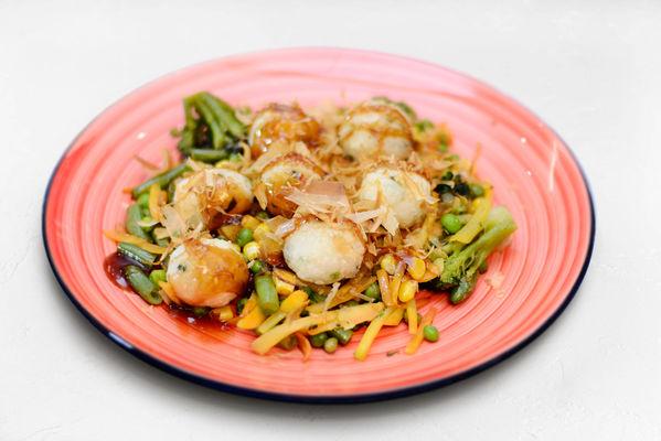 Рисовые шарики с кунжутом и стружкой тунца на овощной подушке