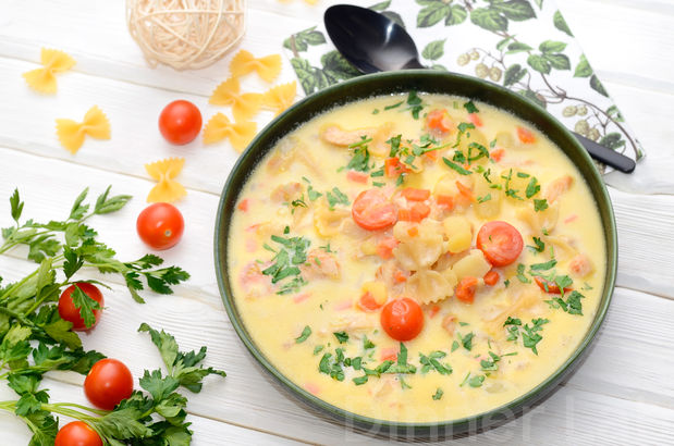 Сливочный суп с индейкой, пастой Фарфалле и овощами