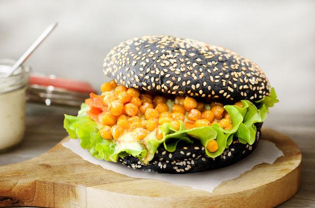 Веганский гамбургер на черной булочке с медовой морковью и нутом