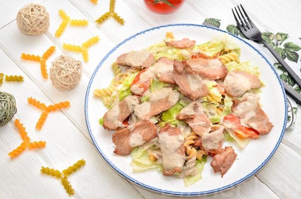Ломтики нежного карбонада с теплым салатом из цветных фузилли с печеными томатами в чесноке и розмарине