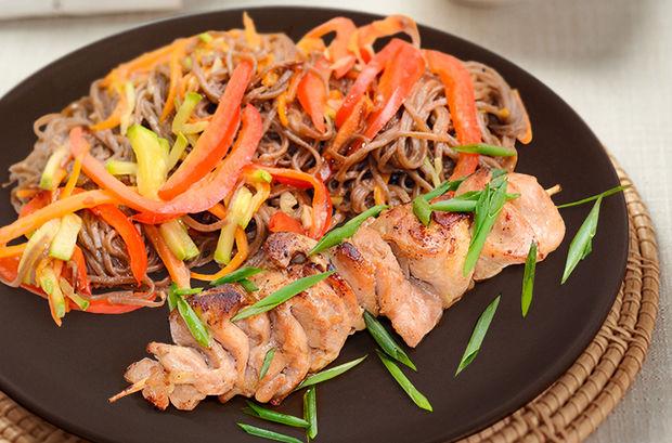 Куриный шашлычок терияки и гречневая лапша с овощами