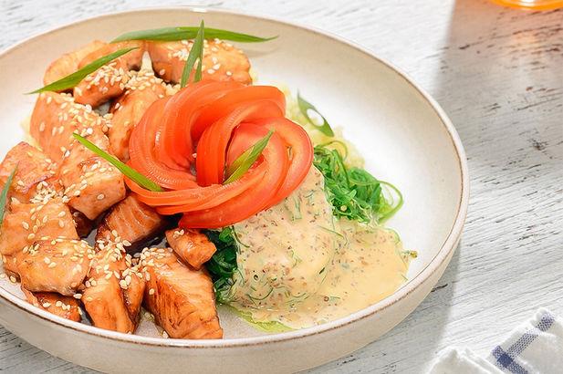 Поке с форелью, кускусом и чука салатом в ореховом соусе
