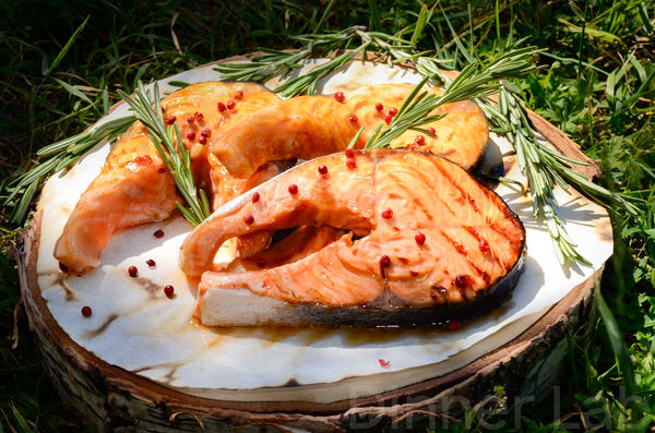 Стейки из форели в соусе терияки с розмарином и розовым перцем