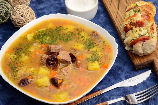Грузинский харчо со сливой на бульоне, мраморной говядиной и пшеничным багетом с колбасно-сырной начинкой