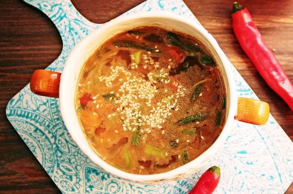 Китайский суп из утки с рисовой лапшой, имбирем и стручковой фасолью с зеленым луком