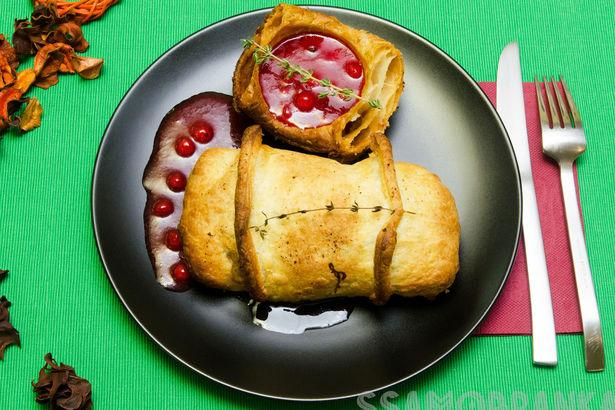 Нежная говядина, запеченная в конверте из теста с соусом из красной смородины