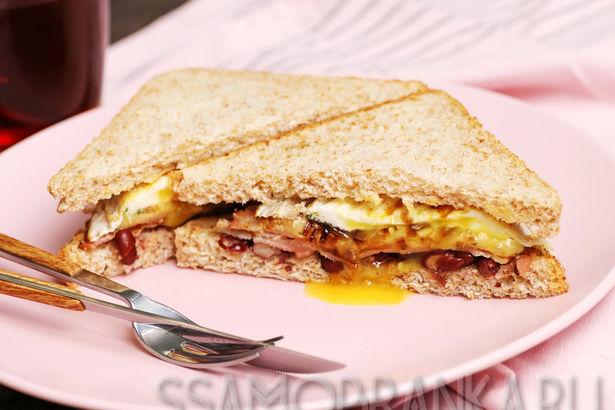 Сэндвич с беконом, яйцом и красной фасолью