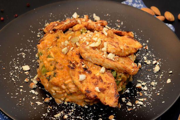 Куриное филе в пасте том ям с японским рисом в кокосовом молоке с мятой и миндалем
