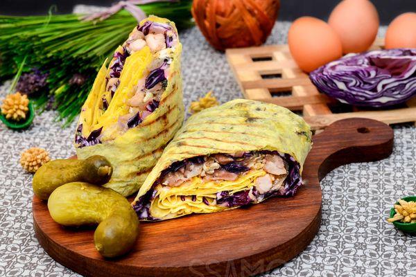 Сочное красное мясо курочки в яйце с краснокочанной капустой и маринованным огурчиком в сырном лаваше