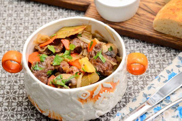 Густой суп с телячьими щечками, квашеной капустой и овощами