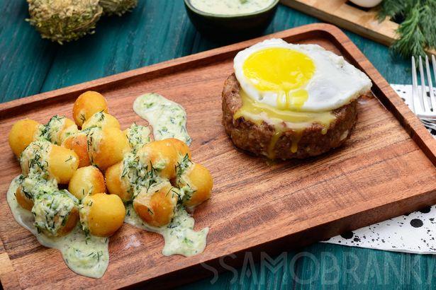 Запеченная в духовке котлета из трех видов мяса с жареным яйцом и картофельные шарики с соусом