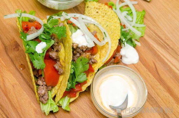 Мексиканские лепешки такос с говядиной, томатами, маринованным луком и кинзой