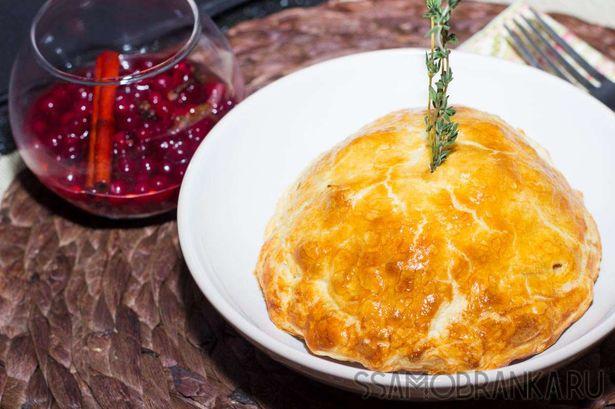 Пирог с курицей и белыми грибами с моченой брусникой
