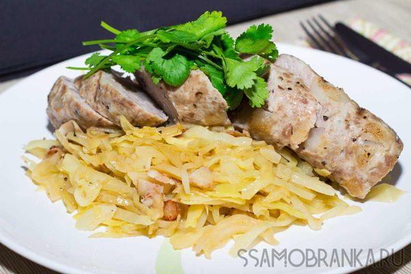 Домашняя колбаса и тушеная в пиве капуста с сырокопченым беконом по-баварски