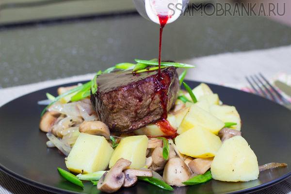 Стейк из мраморной говядины с вишневым соусом и картофель с жареными грибами и зеленым луком