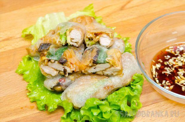 Вьетнамские спрингроллы Нэм ран с курицей, грибами шиитаке, рисовой лапшой и острым соусом