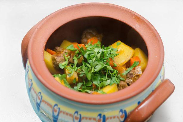 Сочное овощное рагу с говядиной и хрустящим багетом