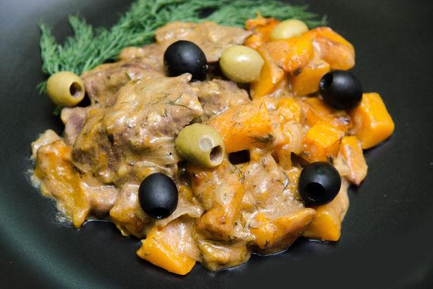 Сочная говядина с тыквой в сметанном соусе с оливками и маслинами