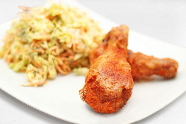 Куриные ножки в хрустящей панировке с легким салатом из пекинской капусты и моркови