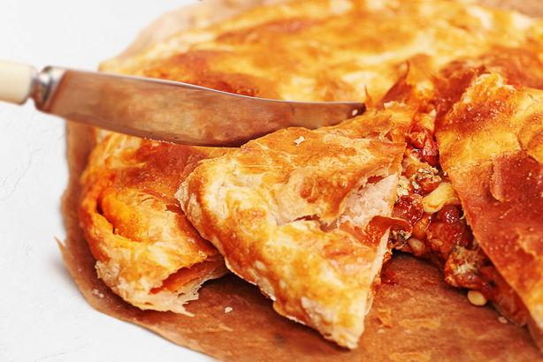 Сочный куриный пирог с сырами Дор Блю, Пармезан и Моцарелла, кедровыми орешками и острым соусом