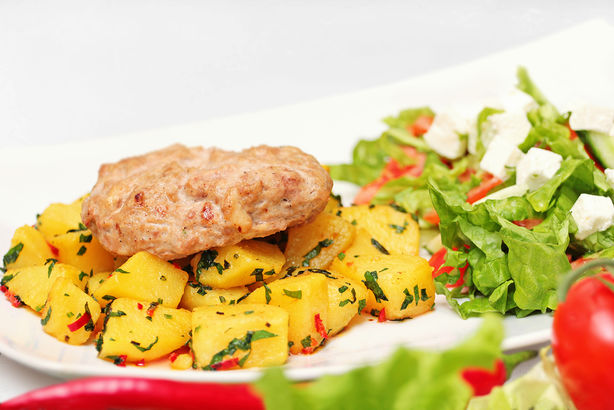 Утиная котлета с жареным картофелем и овощным салатом с брынзой