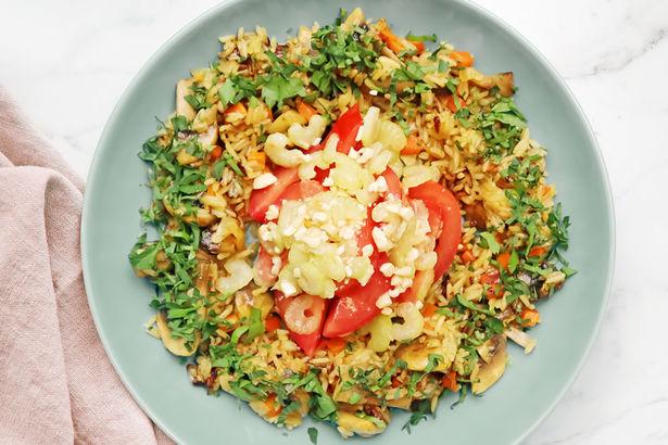 Жасминовый рис с грибами на овощном бульоне под ореховой заправкой