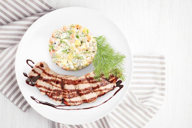 Свиной карбонад под бальзамическим кремом и салат оливье с креветками