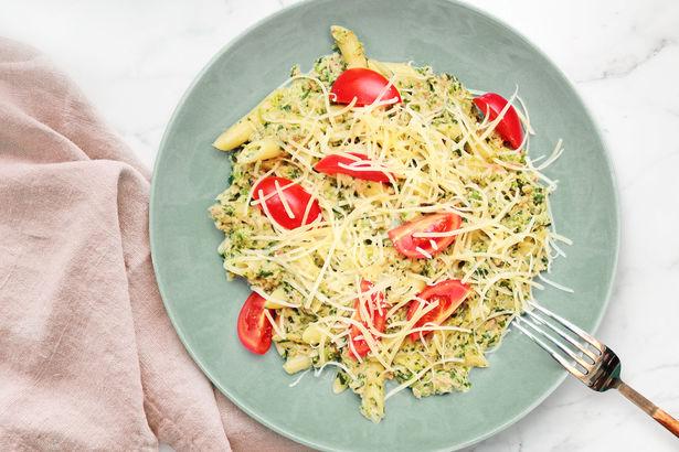 Пенне с тунцом и шпинатом в сыре пармезан