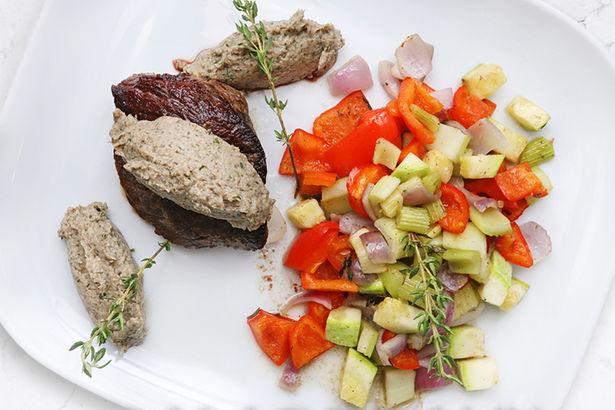 Стейк из говяжьей вырезки с грибным муссом и запеченными овощами