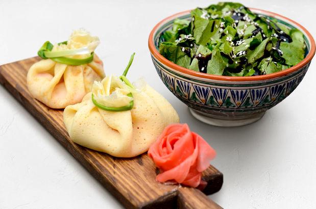 Фаршированные семгой и творожным сыром блинчики и листья салата в бальзамическом креме с кунжутом