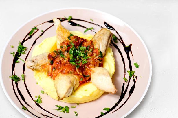 Филе скумбрии с картофельным пюре и соусом из вяленых томатов
