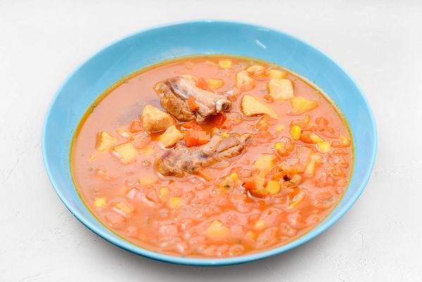 Пикантный суп из свиных ребрышек, красного мяса курицы и овощей с рогаликами из слоеного теста
