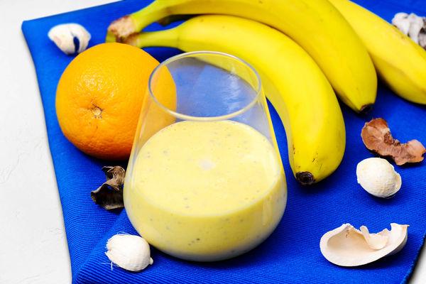 Апельсиновый смузи с куркумой, семенами чиа и бананом