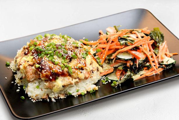 Рыбный «динамит» с японским рисом и салат с водорослями и ореховым соусом
