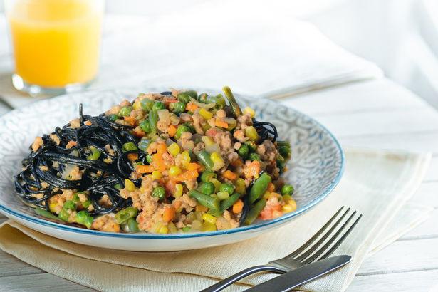 Черные спагетти с овощами и фаршем из трех видов мяса