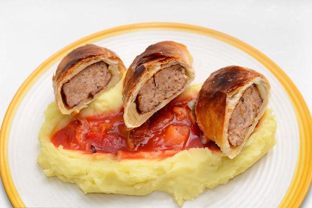 Котлета из трех видов мяса со сливочным сыром в слоеном тесте с картофельным пюре и сладким лечо