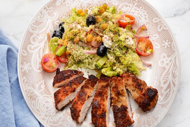 Маринованная свинина в горчице с бальзамиком и салат из свежих овощей с нутом и сыром фета