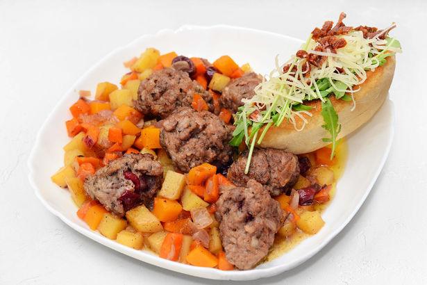 Тушеные овощи с мясными шариками и брускетта с рукколой, вялеными томатами и пармезаном