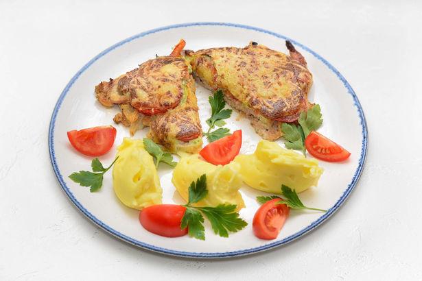 Свинина в маринаде, запеченная по-французски с томатами и сыром, и нежное картофельное пюре