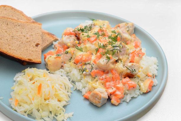Свинина, запеченная с овощами в горчично-сметанном соусе, гарнированная рисом и квашенной капустой