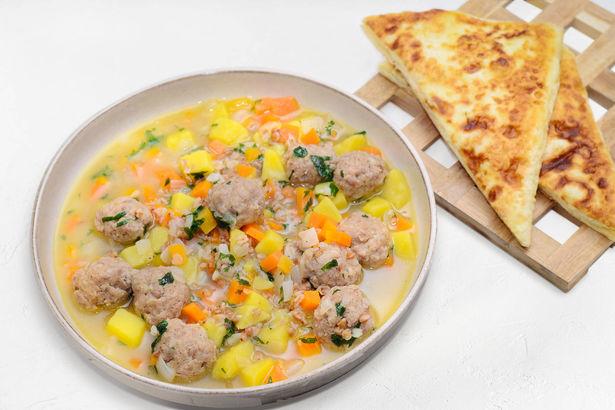Гречневый суп с фрикадельками и конвертик из лаваша с сыром и яйцом