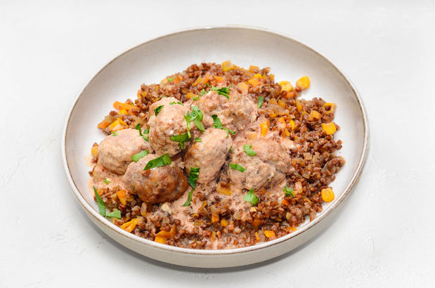 Мясные тефтели из двух видов мяса с гречей и тушеными овощами